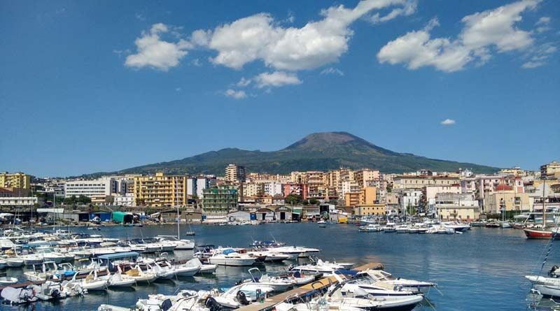 La città di Torre del Greco vista dal porto